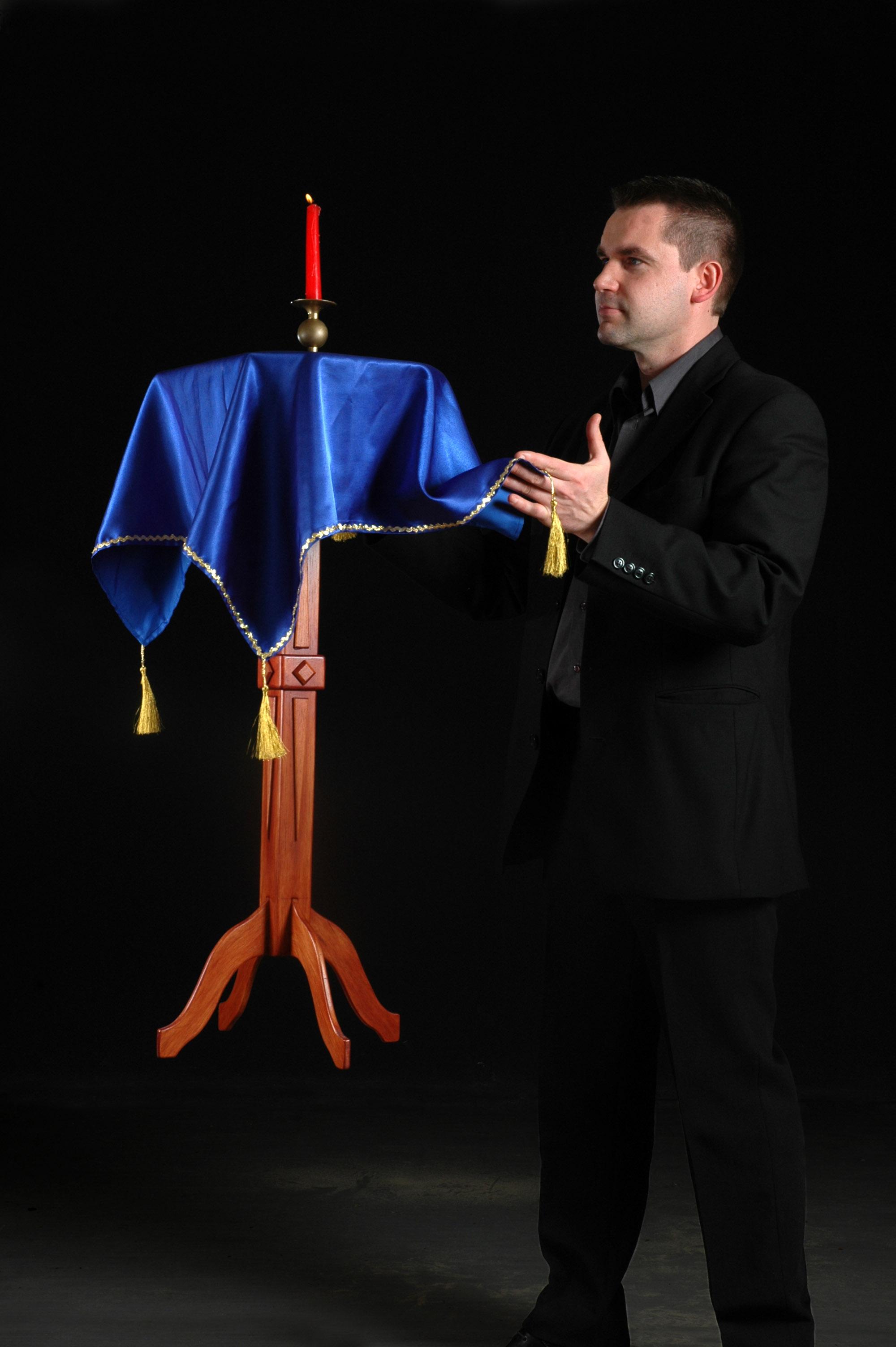 Des photos la magie de l eventail - Tour de magie table volante ...